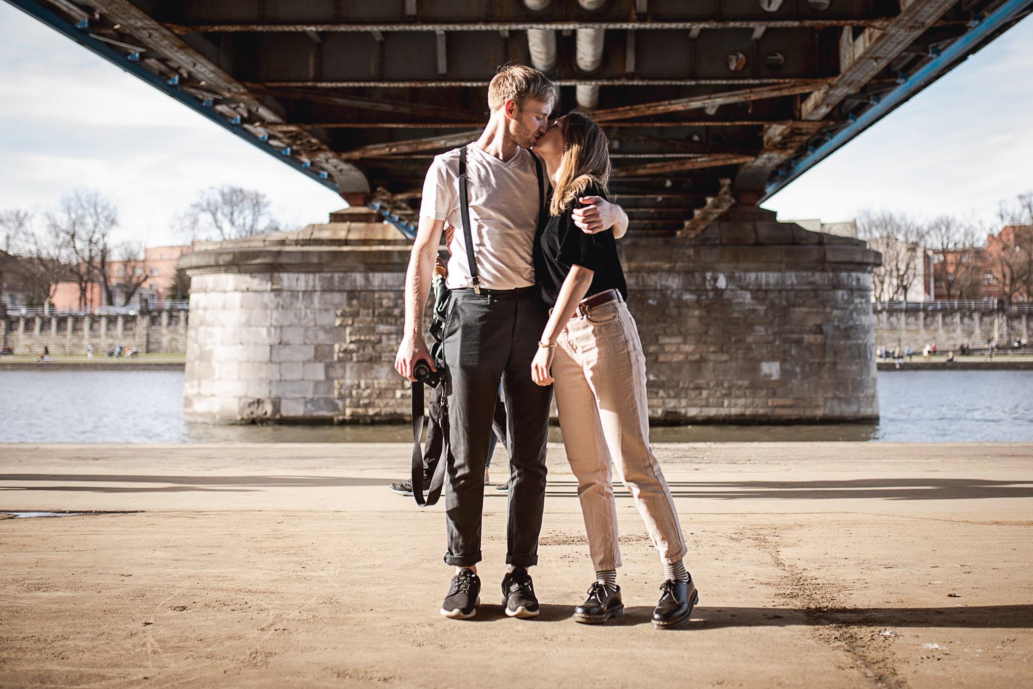 całująca się para zakochanych pod mostem