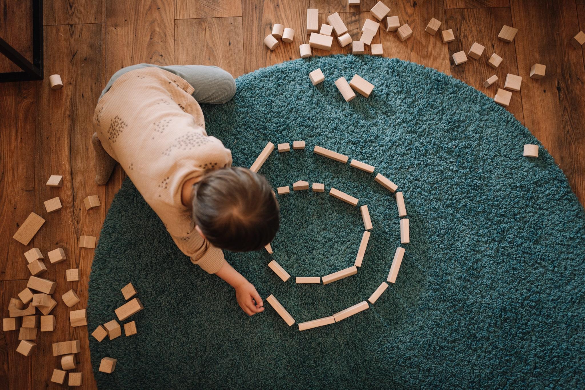chłopiec się bawi klockami drewnianymi