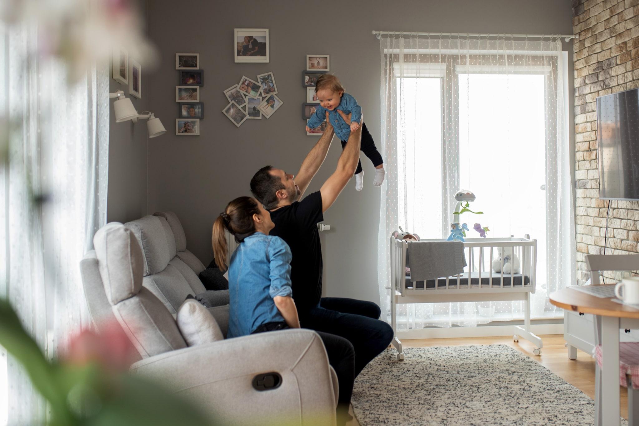 tata podnosi córeczkę na rękach