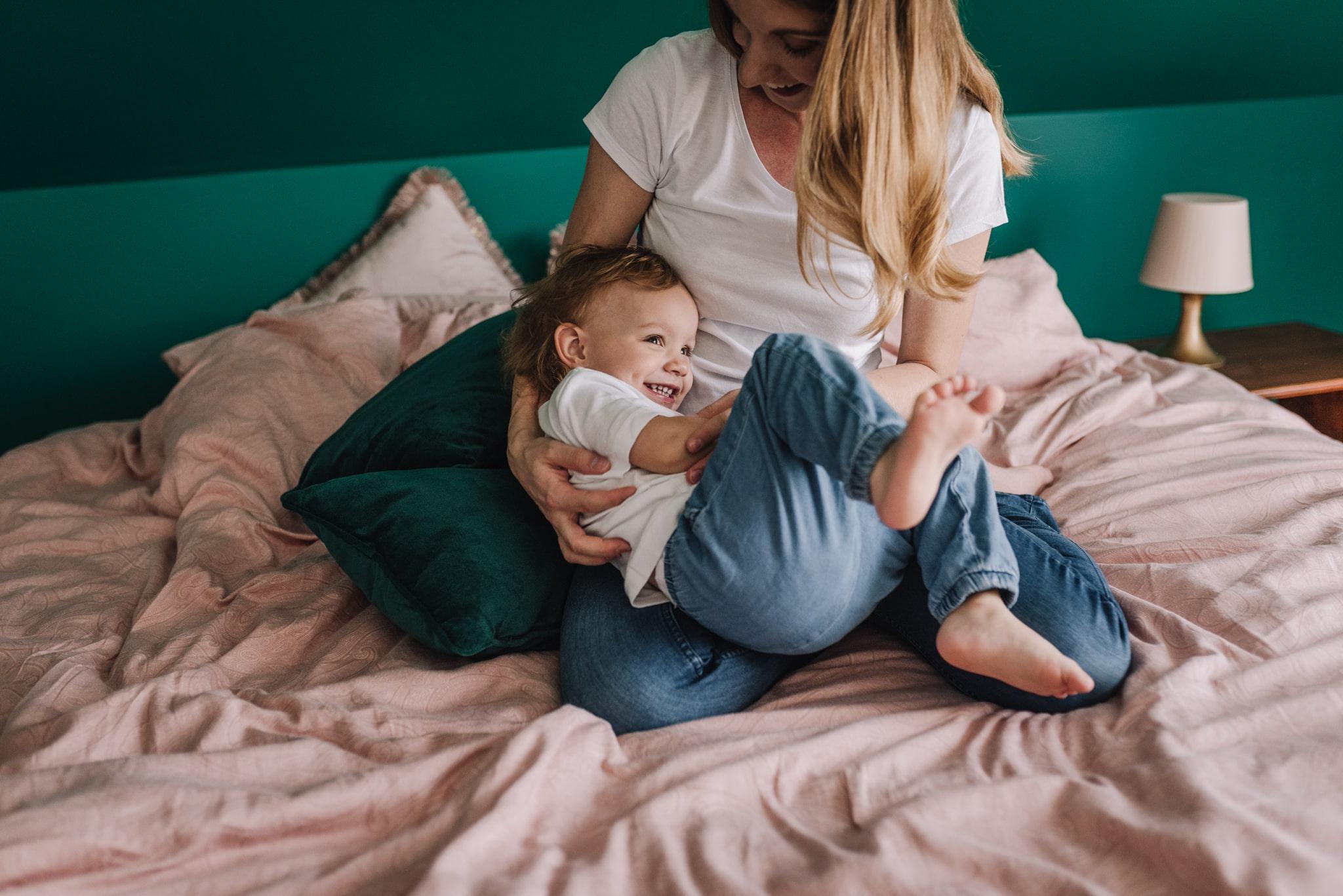 wygłupy córki z mamą na łóżku