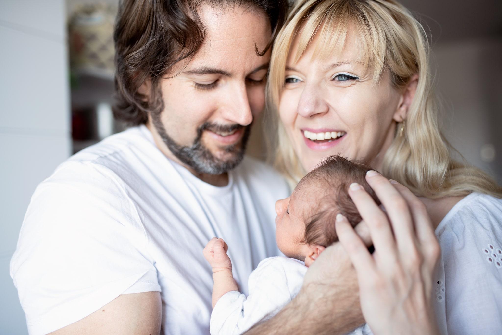 noworodek w ramionach u rodziców podczas sesji noworodkowej