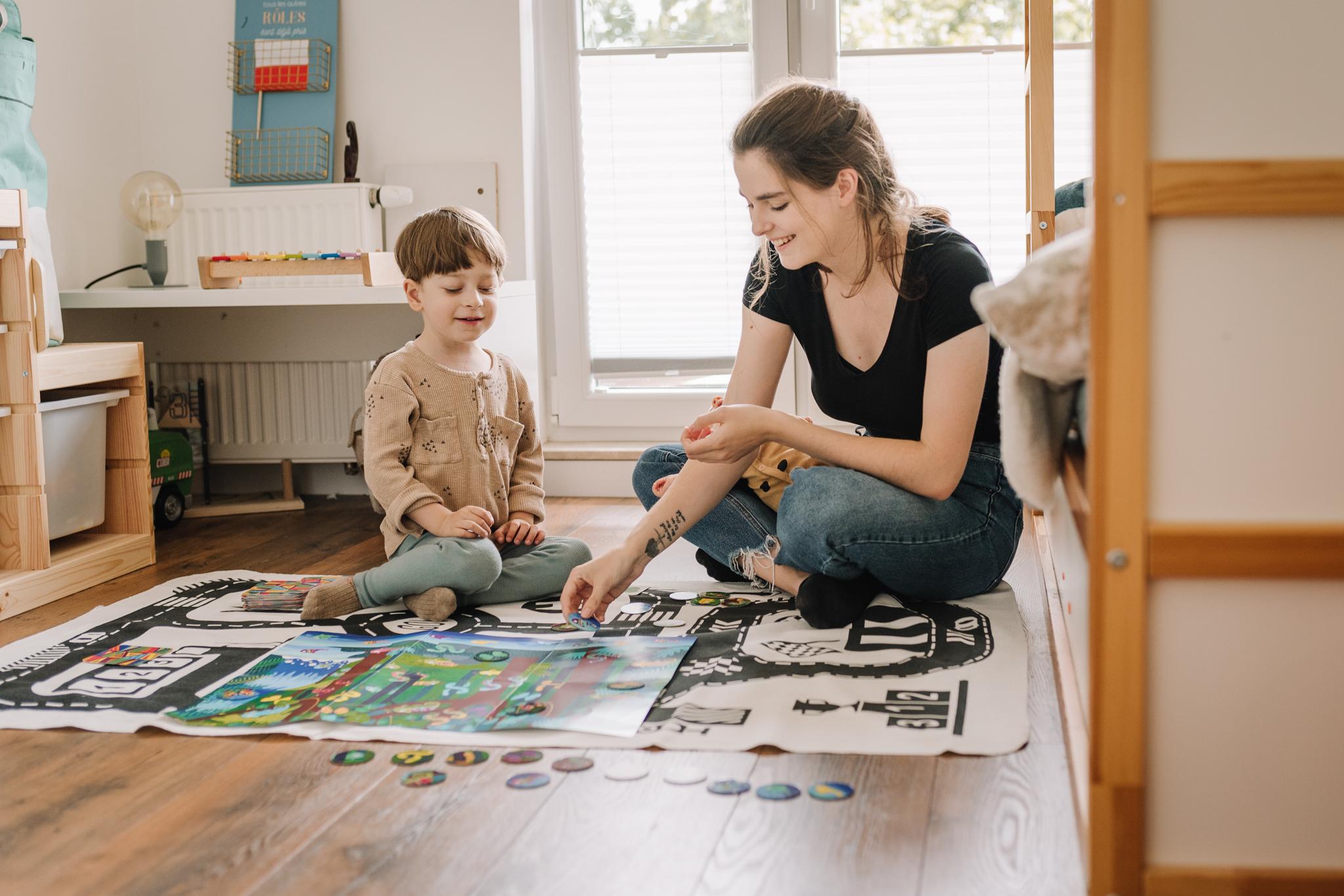 sesja lifestyle w domu podczas zabawy chłopca z mamą