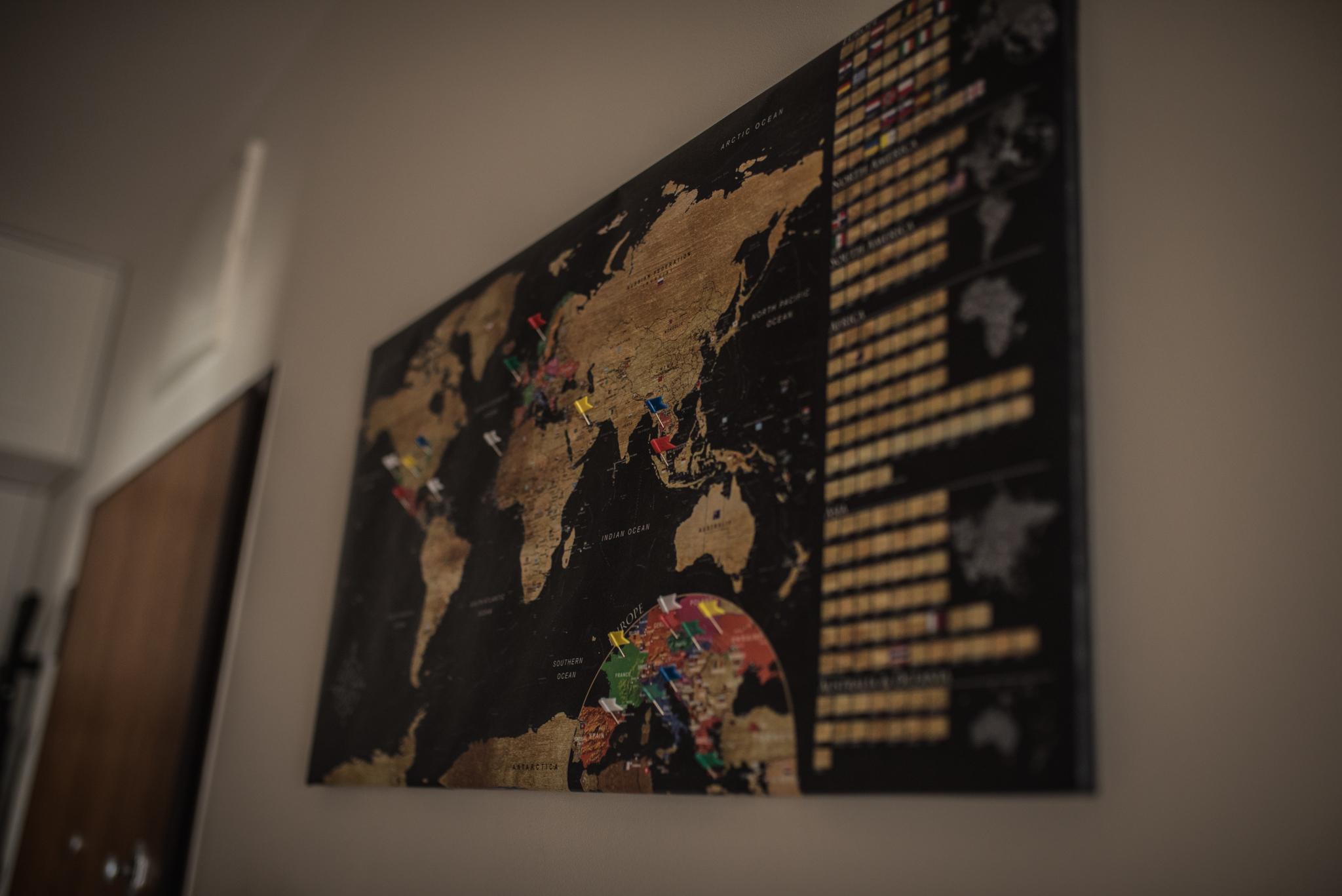 mapa świata na ścianie