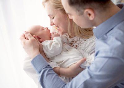 rodzice tulą noworodka - sesja fotograficzna w Krakowie