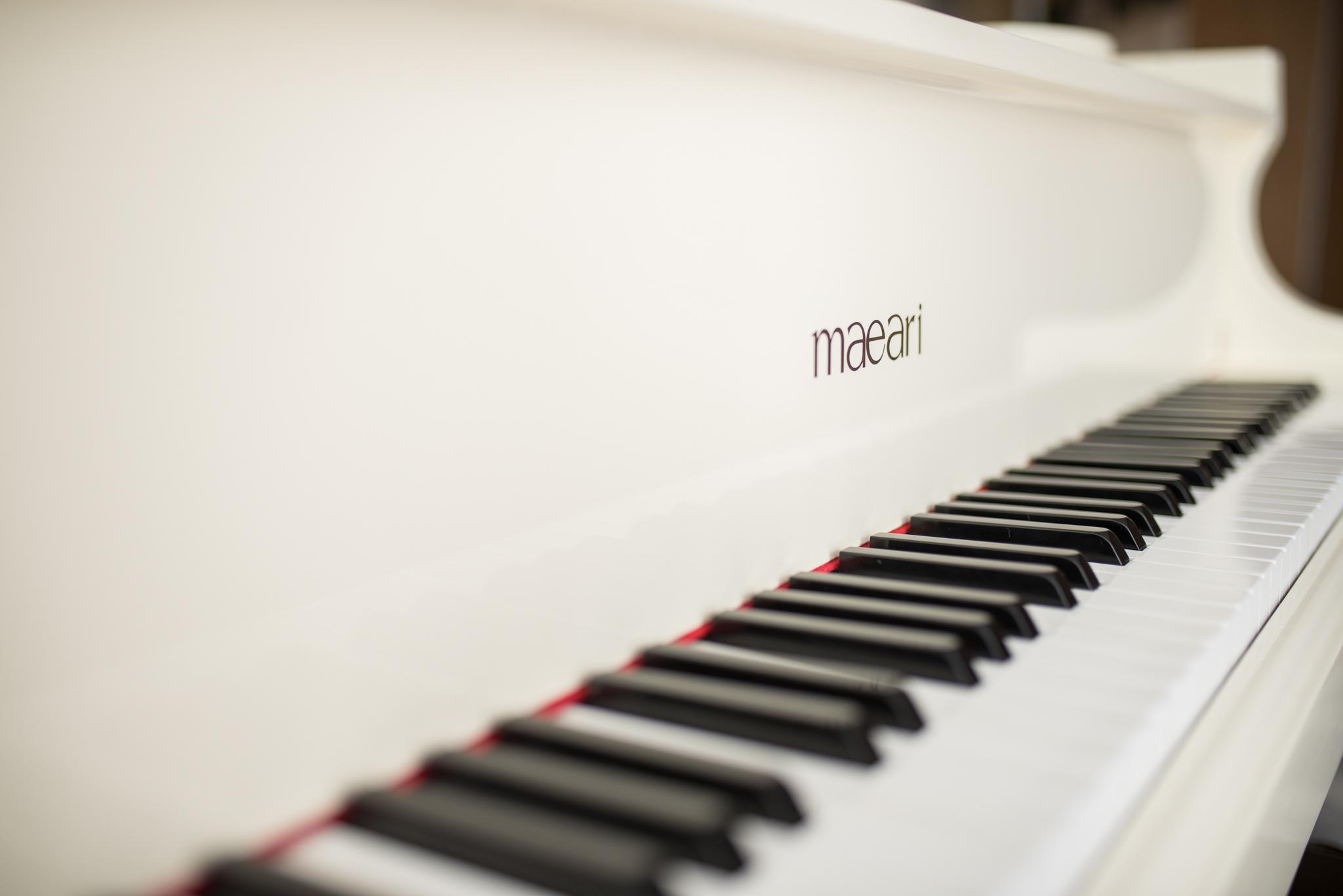 biały fortepian