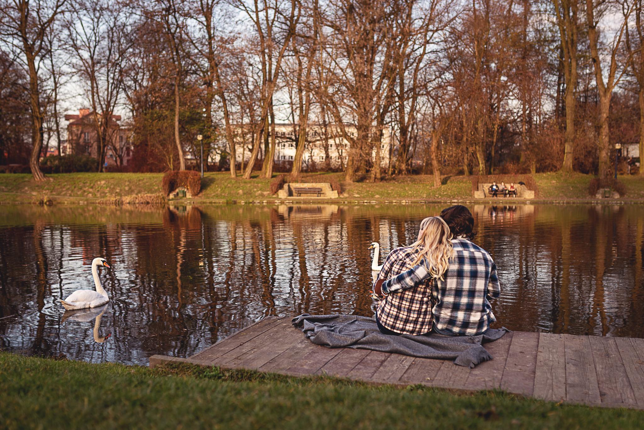 przytuleni zakochani w parku nad rzeką
