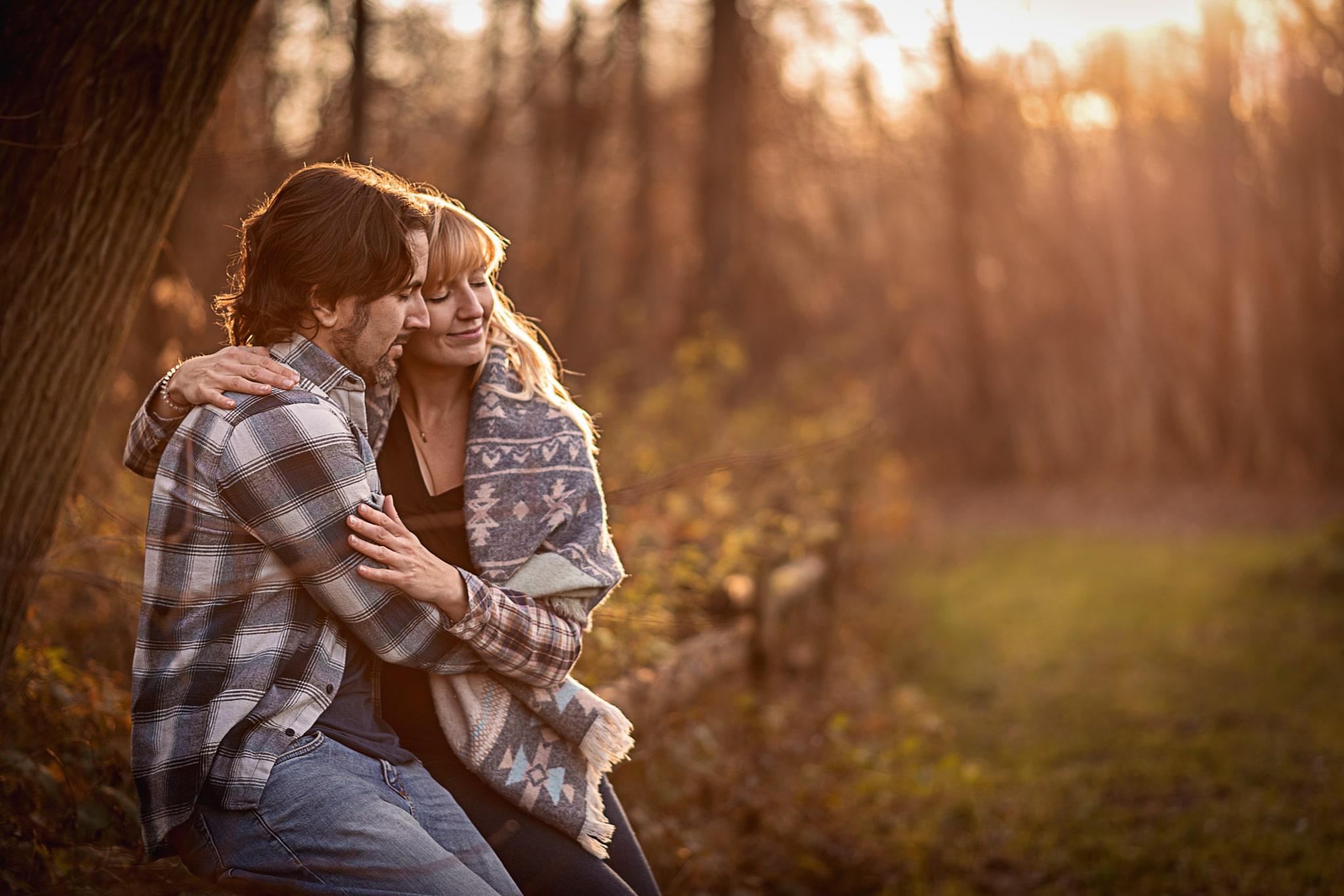 przytuleni zakochani w parku o zachodzie słońca
