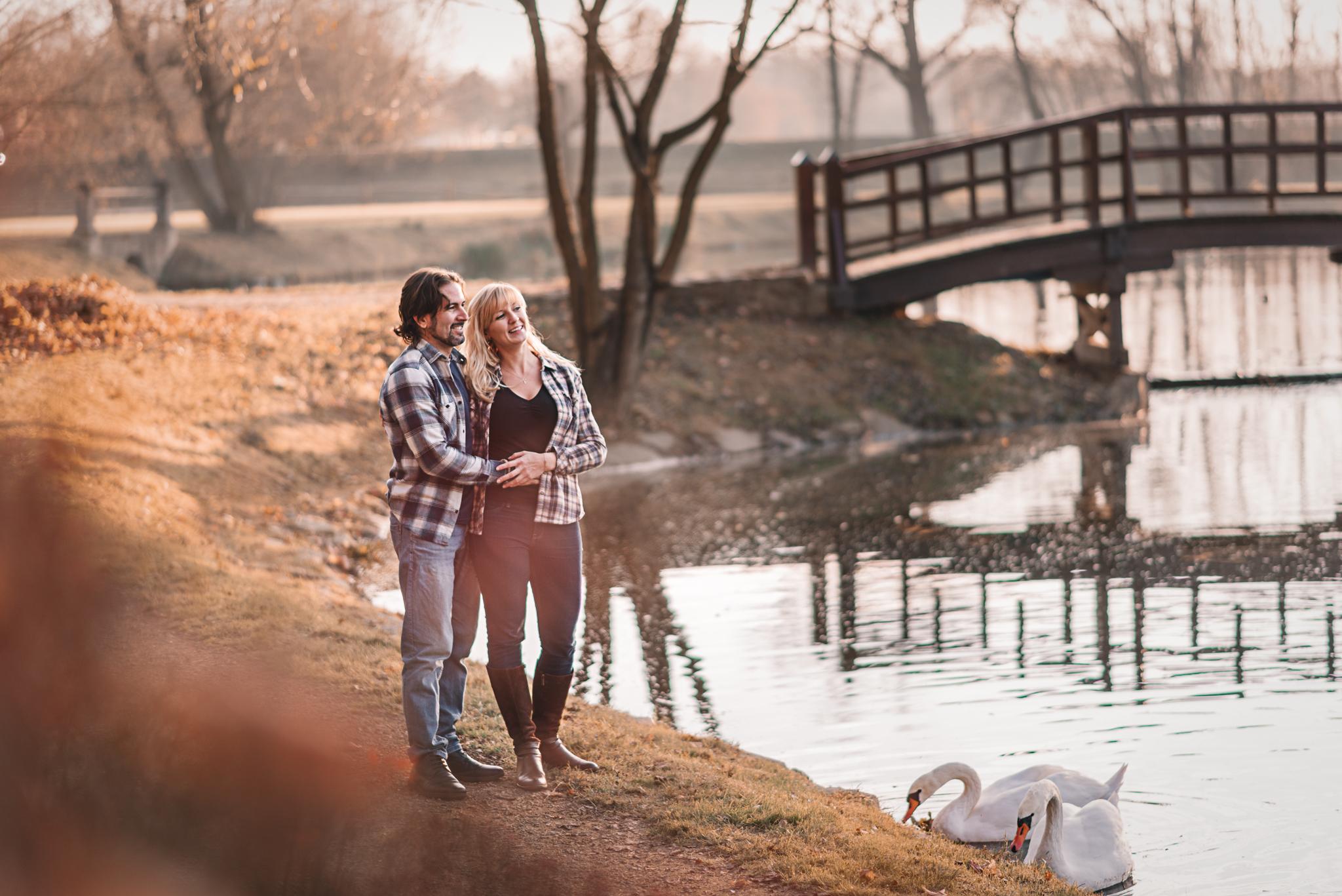 zakochana para w parku obok łabędzi