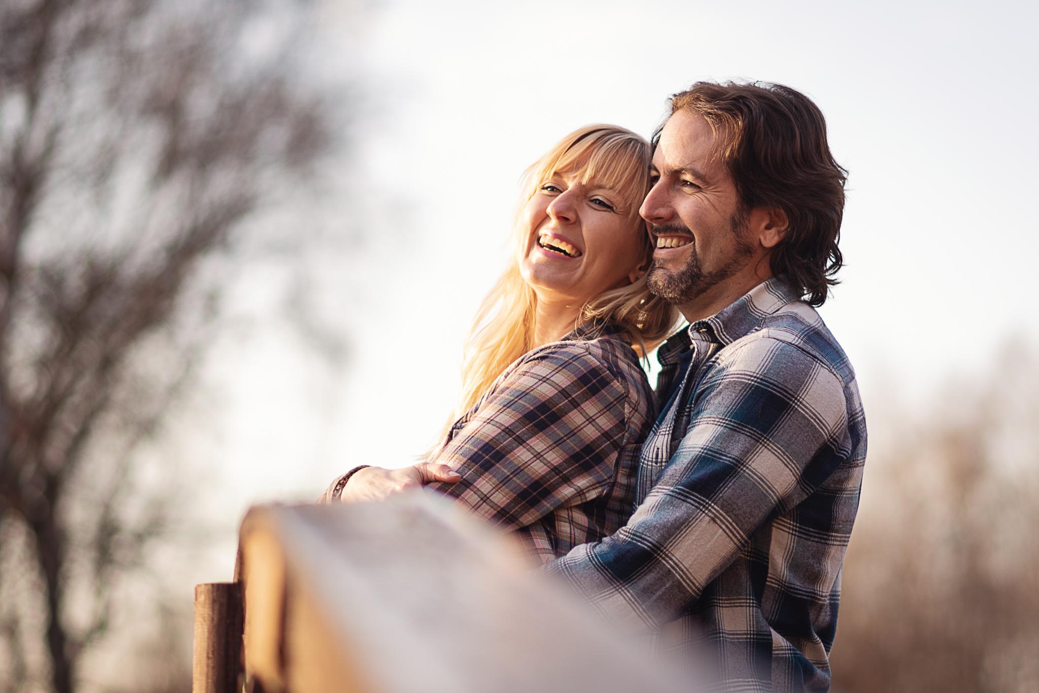 szczęśliwa para na moście