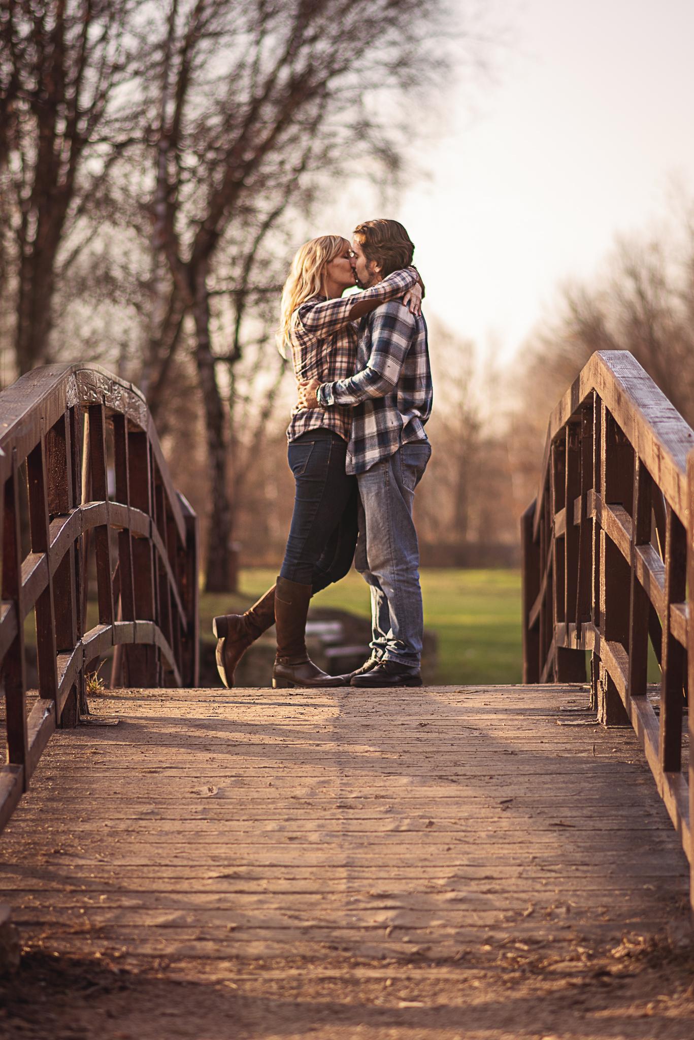 całująca się para na moście