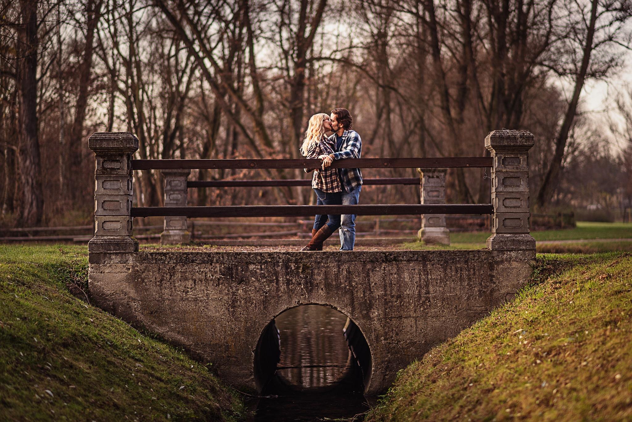 całująca się para zakochanych na moście