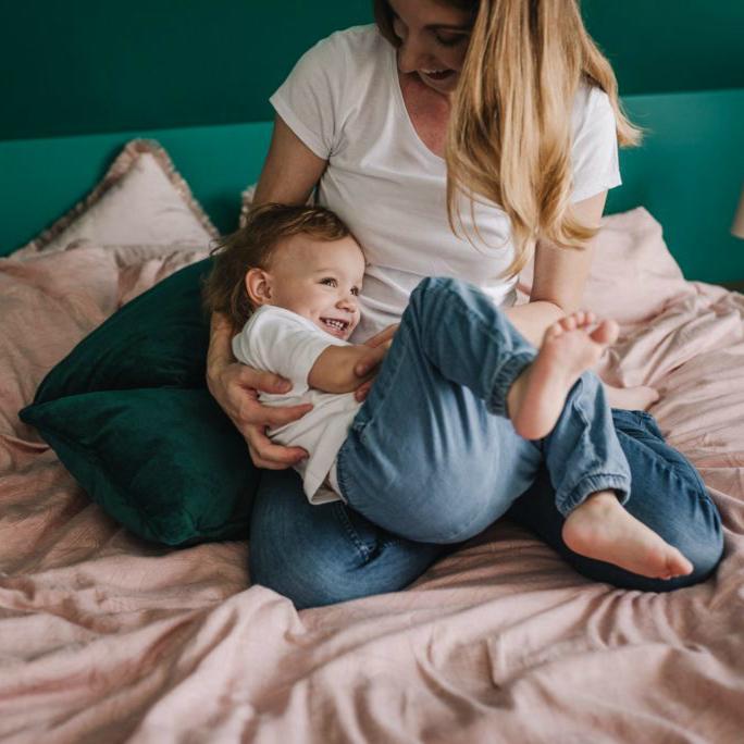 wygłupy w łóżku dziewczynki z mamą