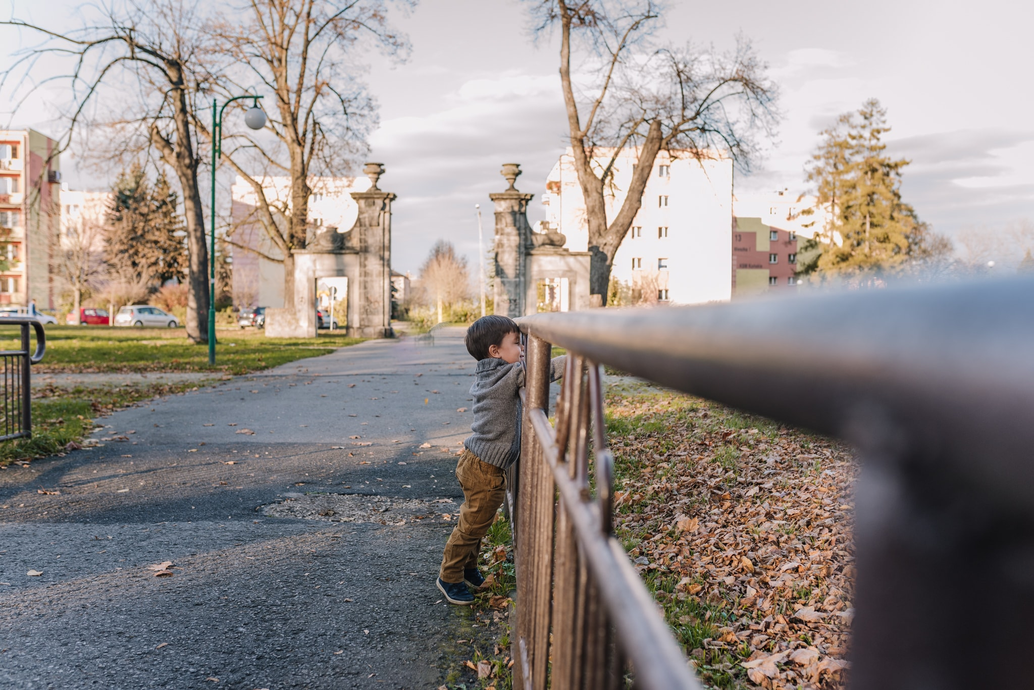 chłopczyk stojący przy barierce