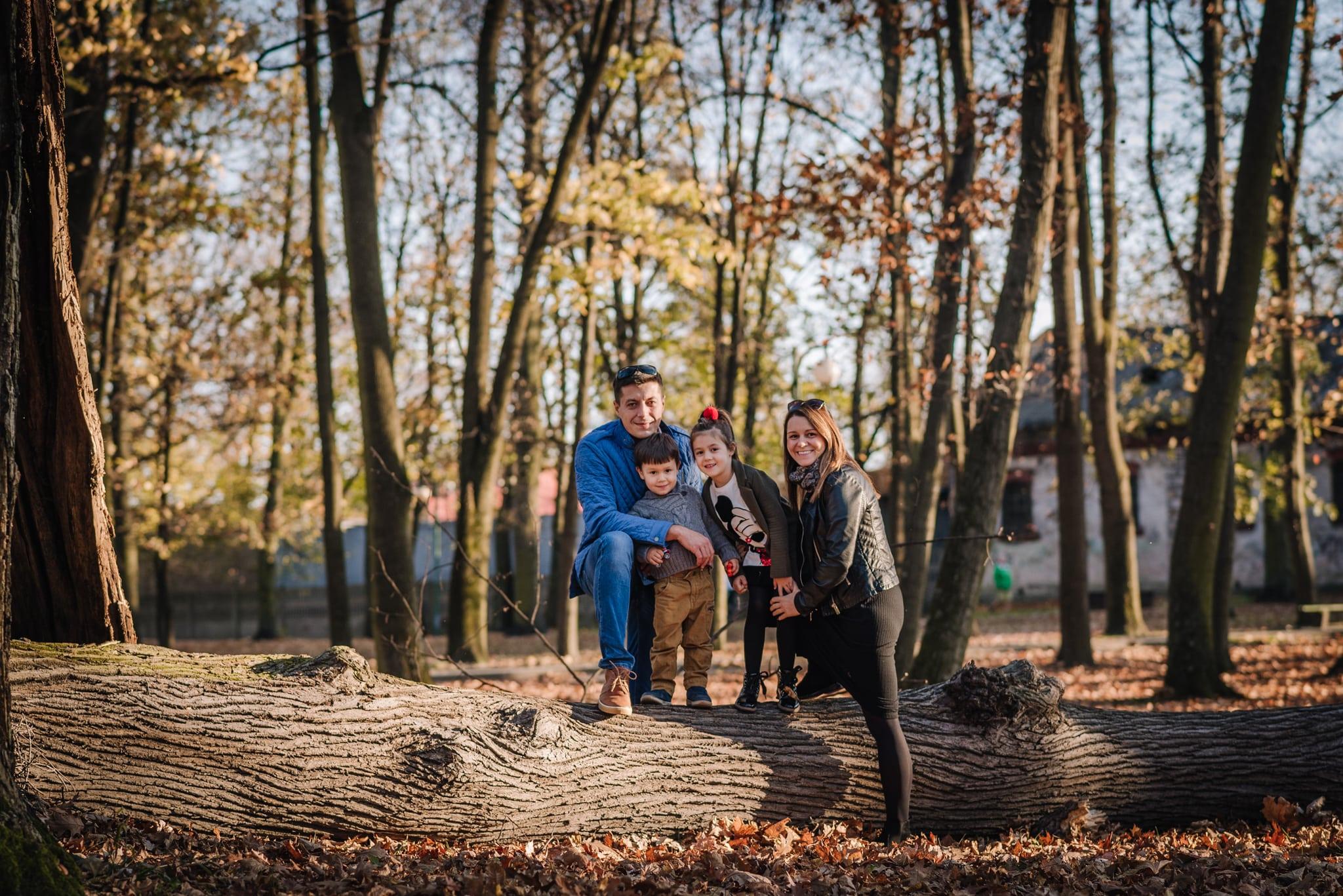 fotografia rodzinna przy drzewie