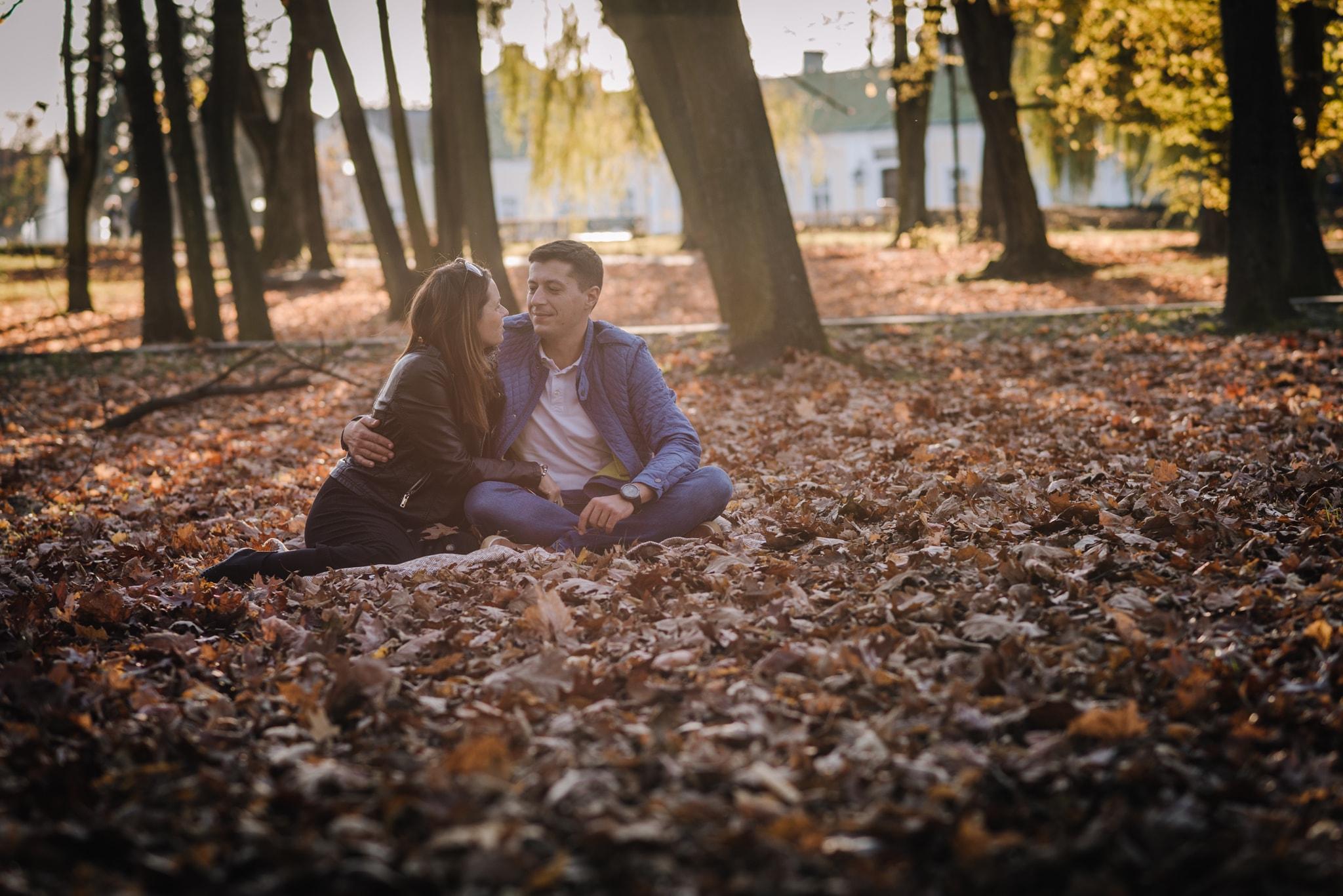 zakochana para w parku na kocyku