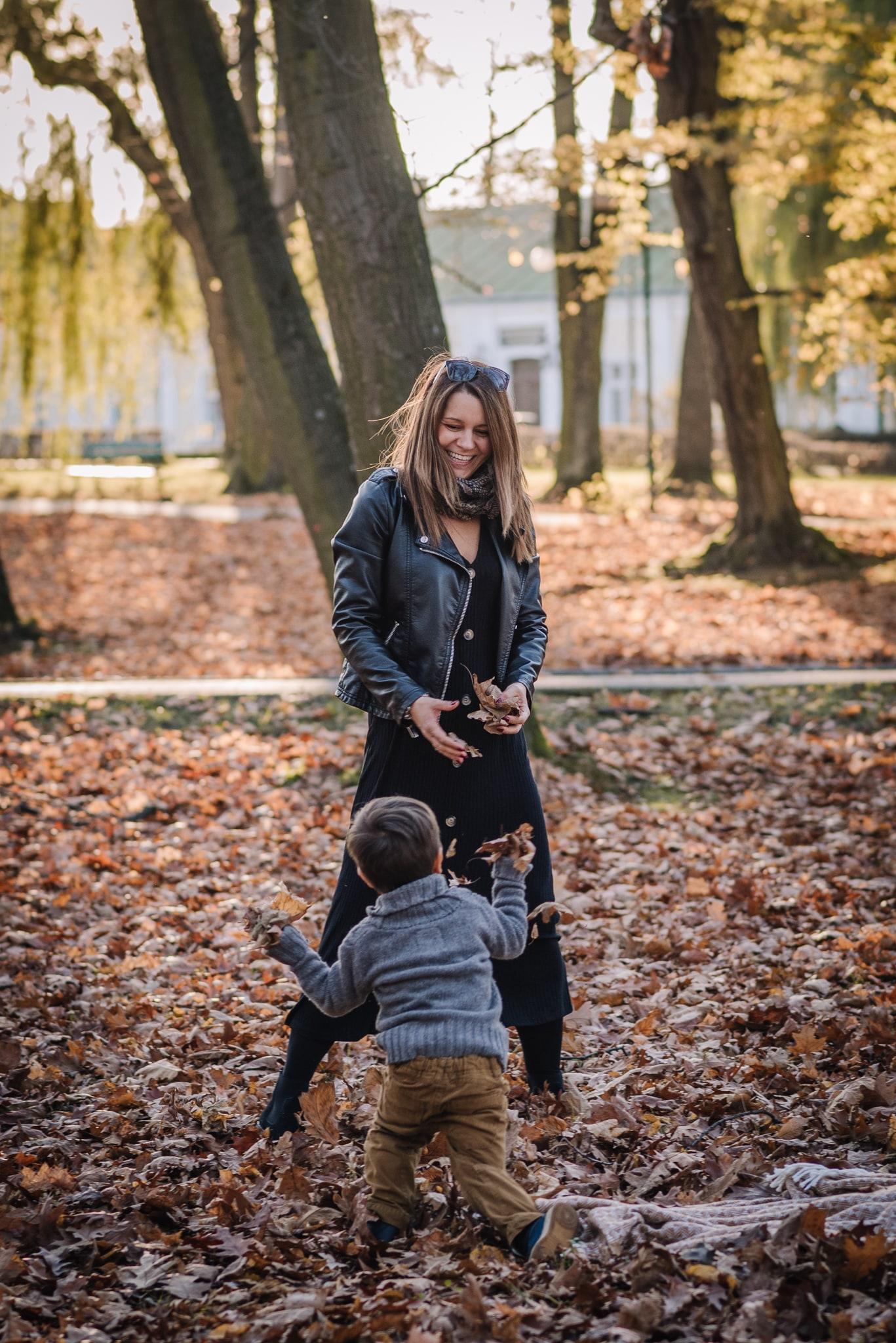 mama bawi się z synkiem w rzucenie liści