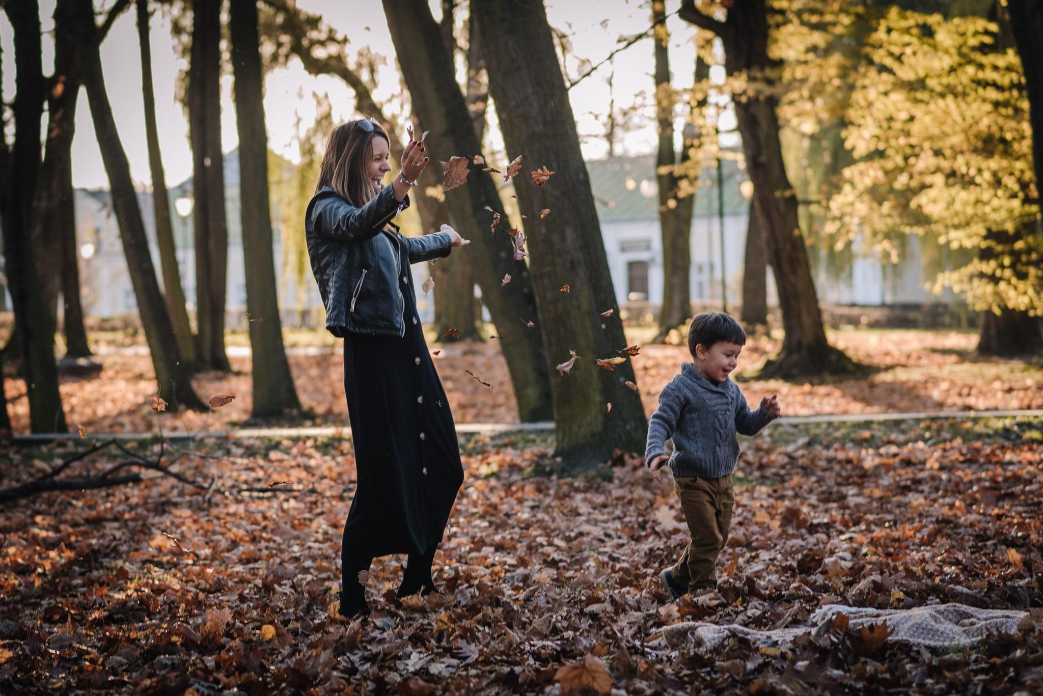 mama bawi się z synkiem w parku