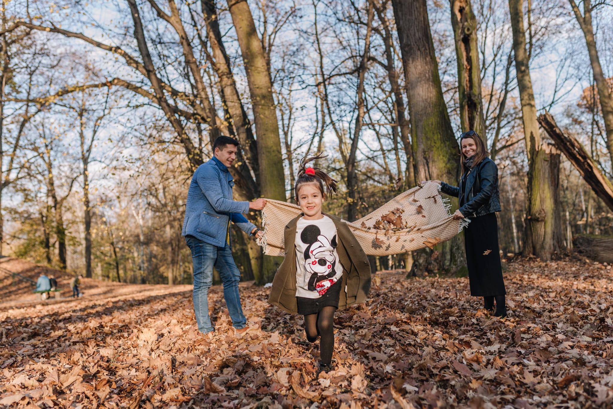 zabawy z dziećmi w parku jesienią