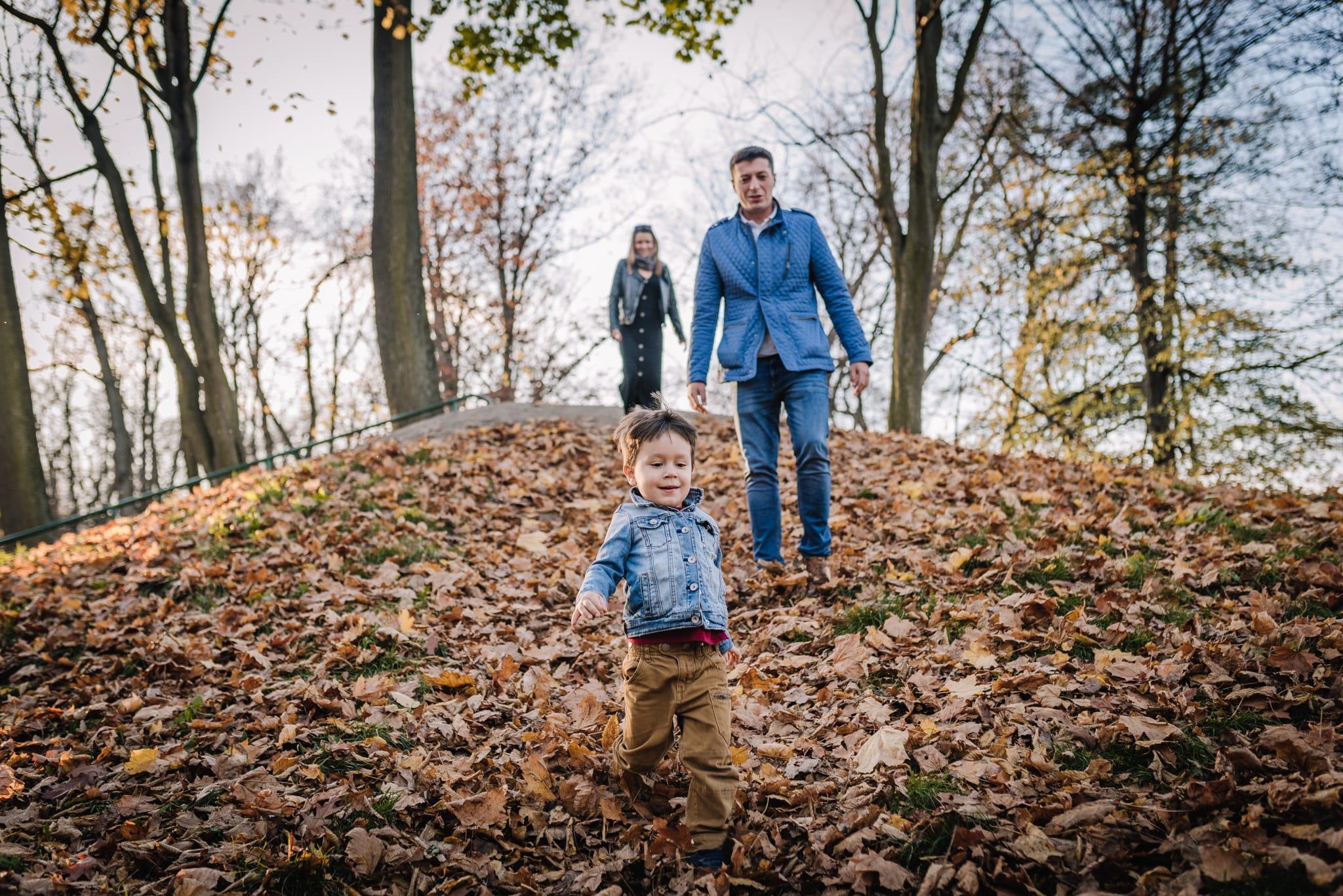 rodzinna sesja lifestyle na górce w parku