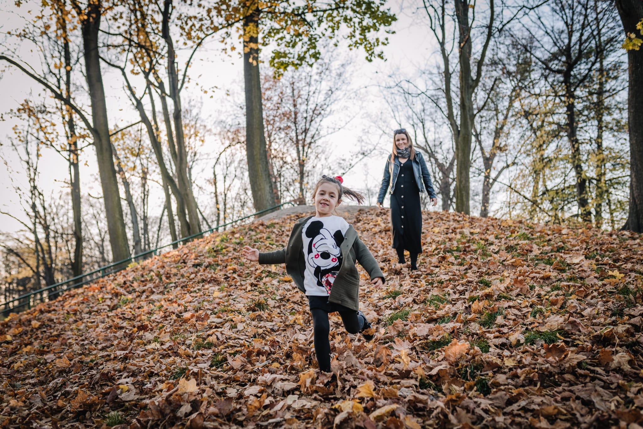 dziewczynka zbiegu z górki w parku