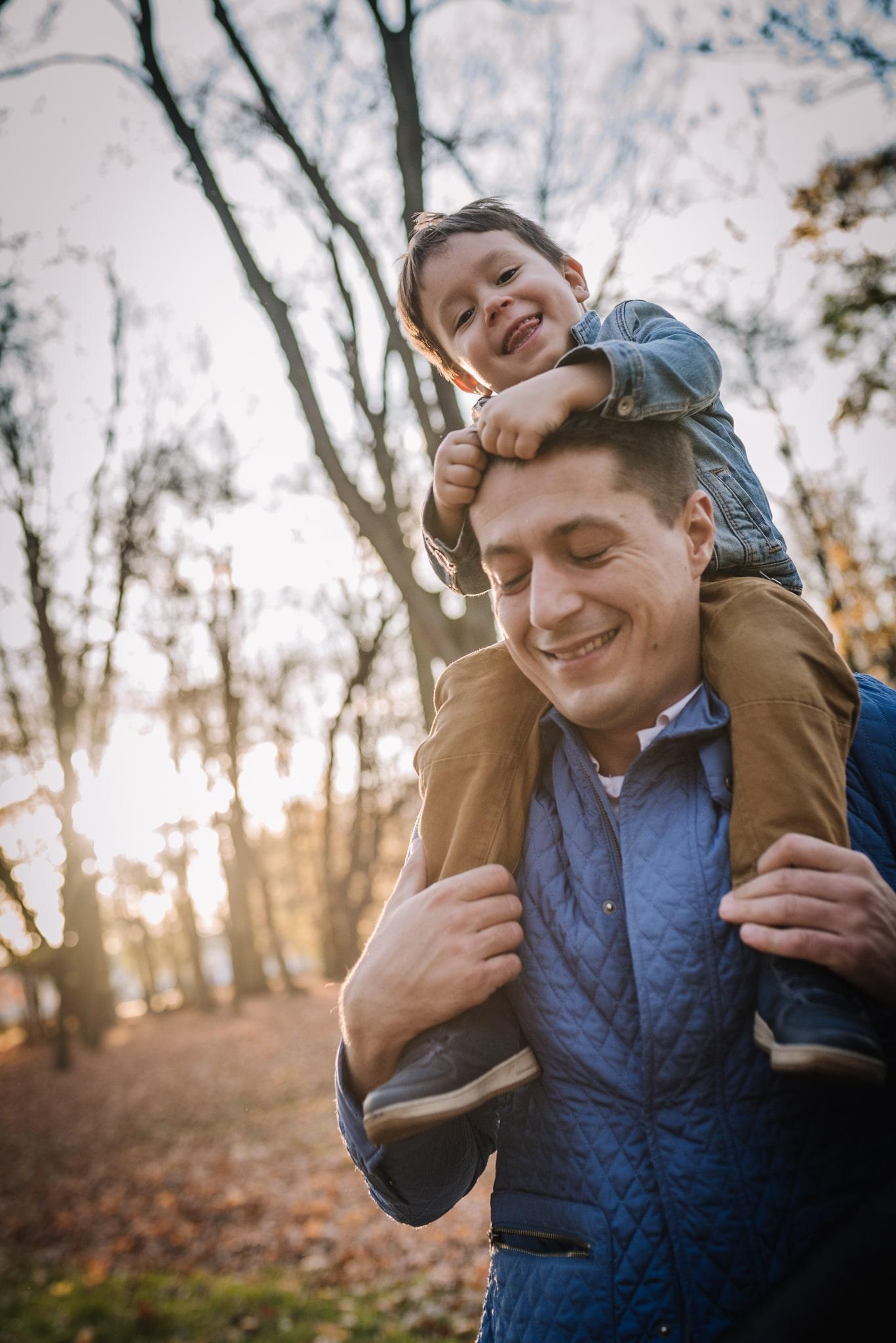szczęśliwy syn na barana u taty