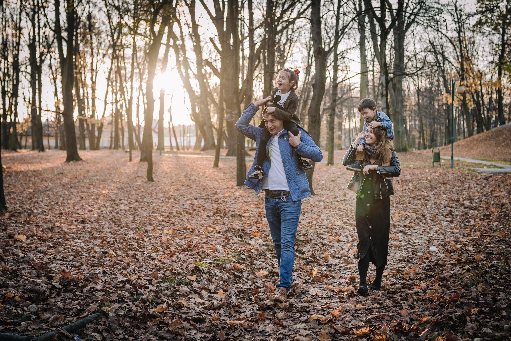 dzieci u rodziców na barana podczas sesji lifestyle
