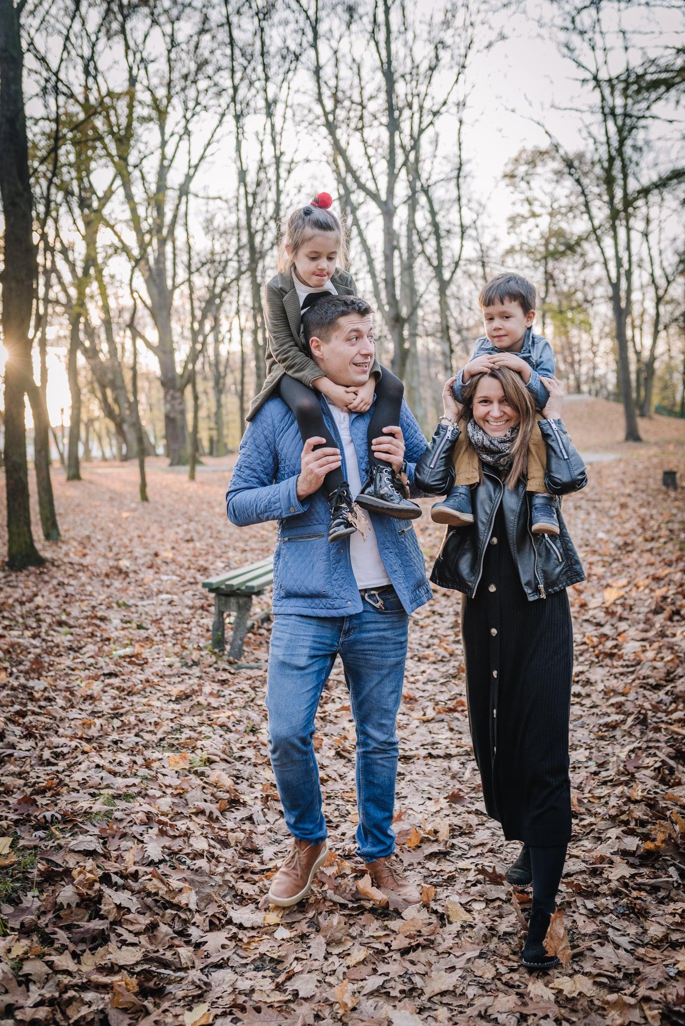 sesja lifestyle w parku z rodziną