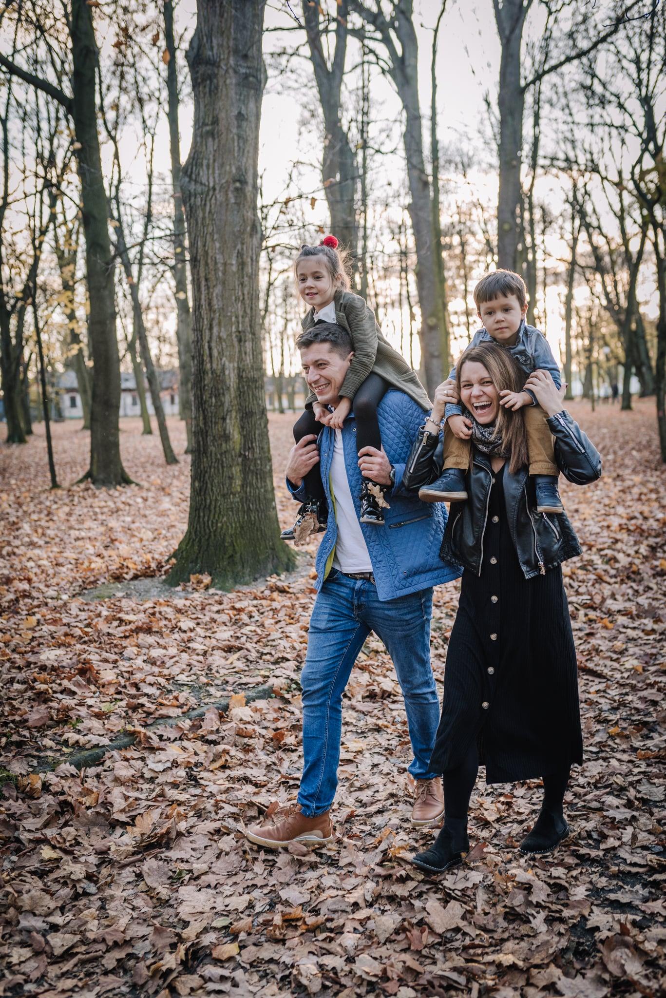 dzieci na barana u rodziców podczas sesji lifestyle
