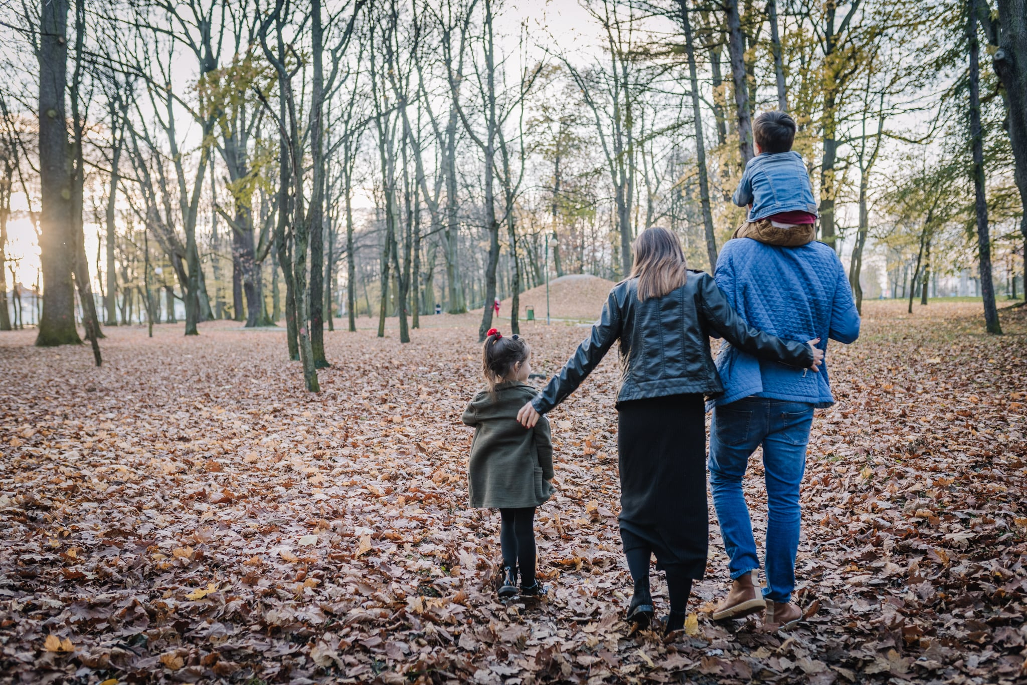 spacer po parku czteroosobowej rodziny