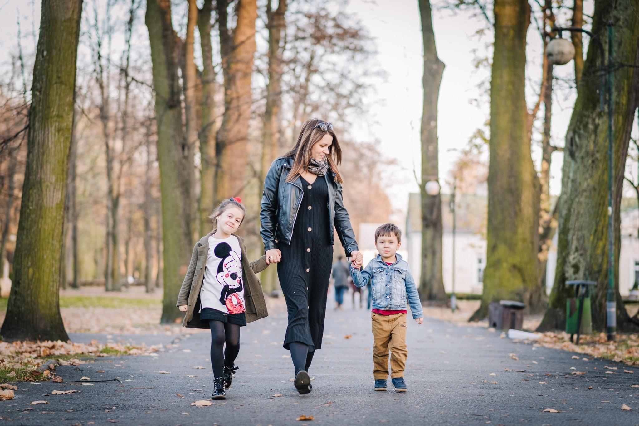 mama spacerująca z córką i synkiem