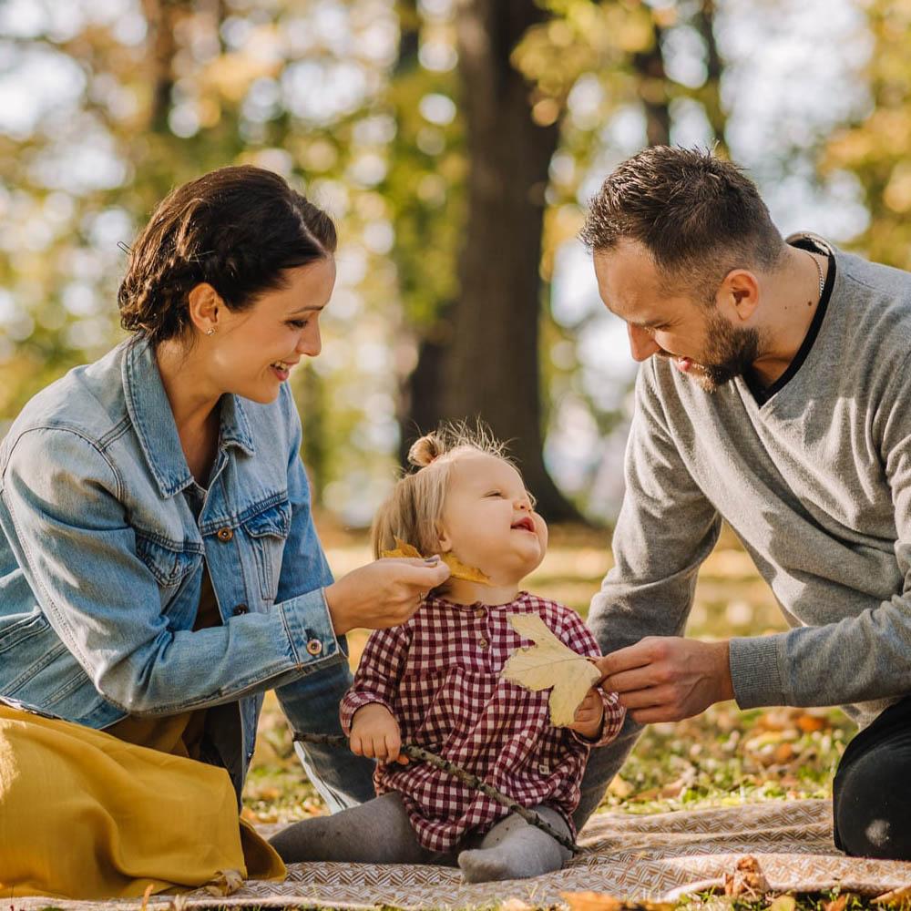 Rodzinny jesienny spacer do parku z mała córeczką