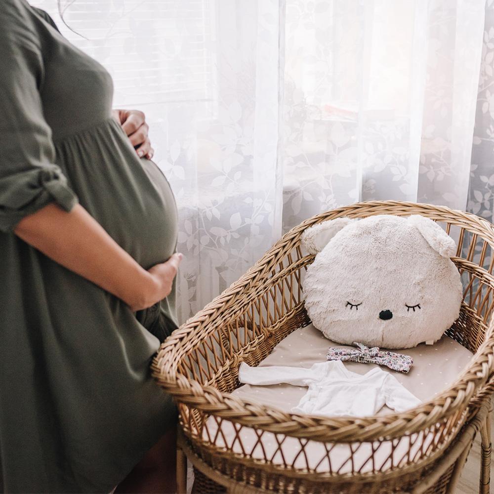 noworodek na rękach rodziców podczas sesji noworodkowej
