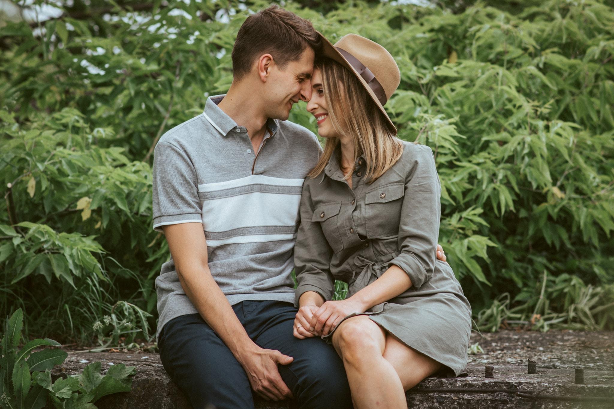 sukienka khaki i brazowy kapelusz