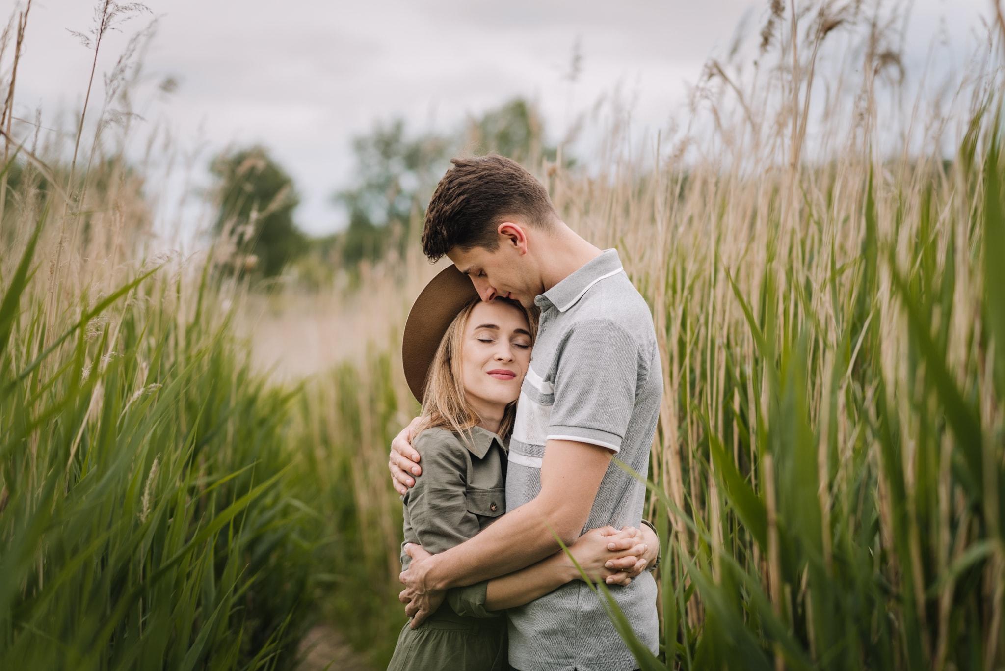 Przytulona para pośród traw