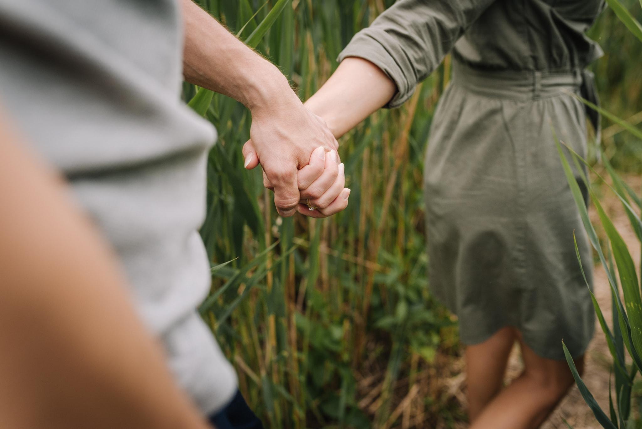 trzymająca się para za ręce