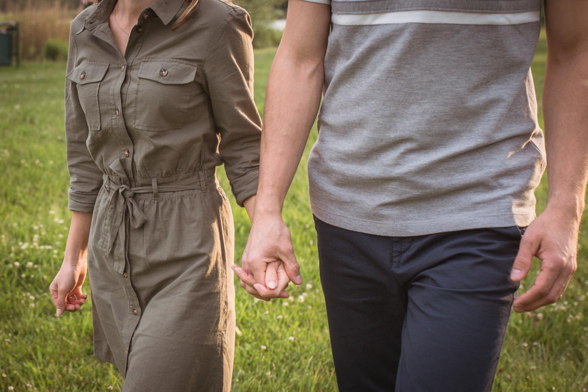 zakochani trzymający się za ręce