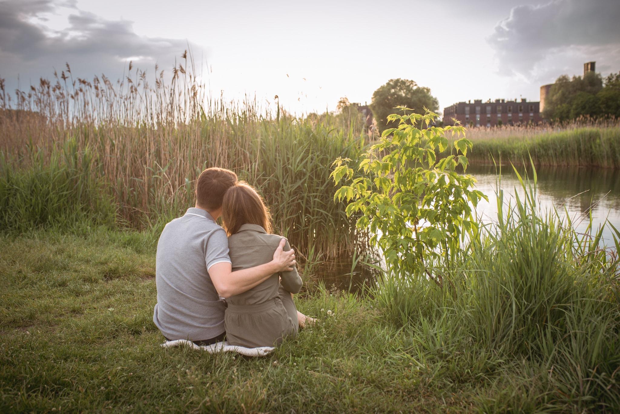 wysokie trawy na jeziorem