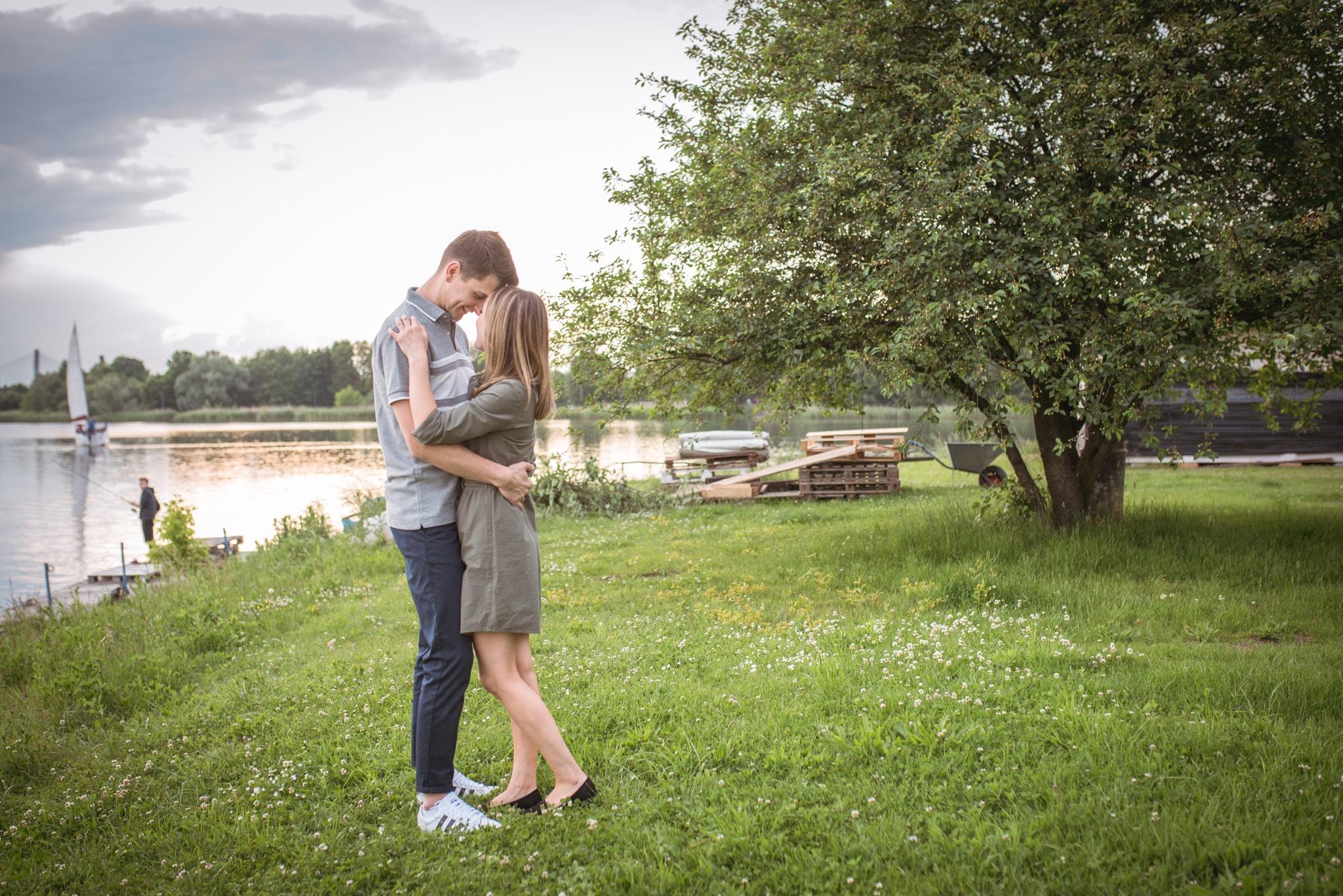 zakochani nad jeziorem