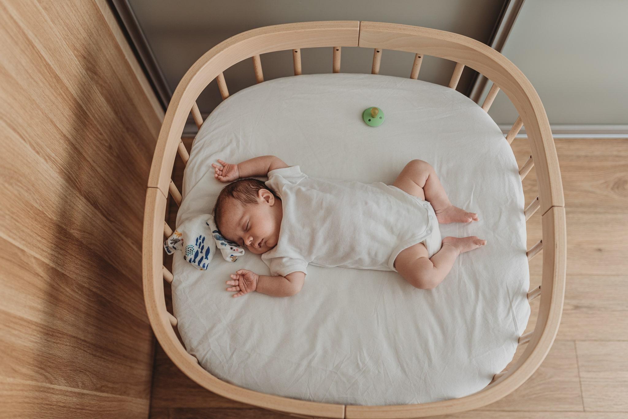 drewniane łóżeczko dla noworodka